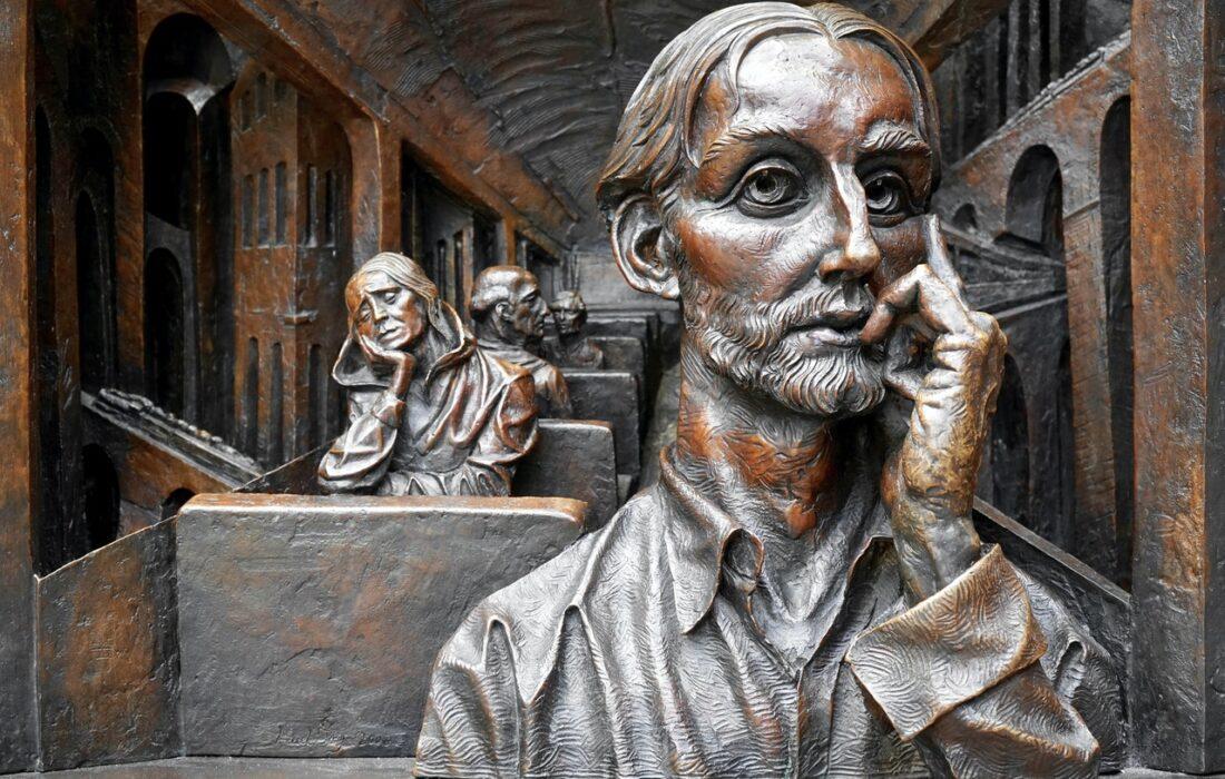 статуи думающих людей