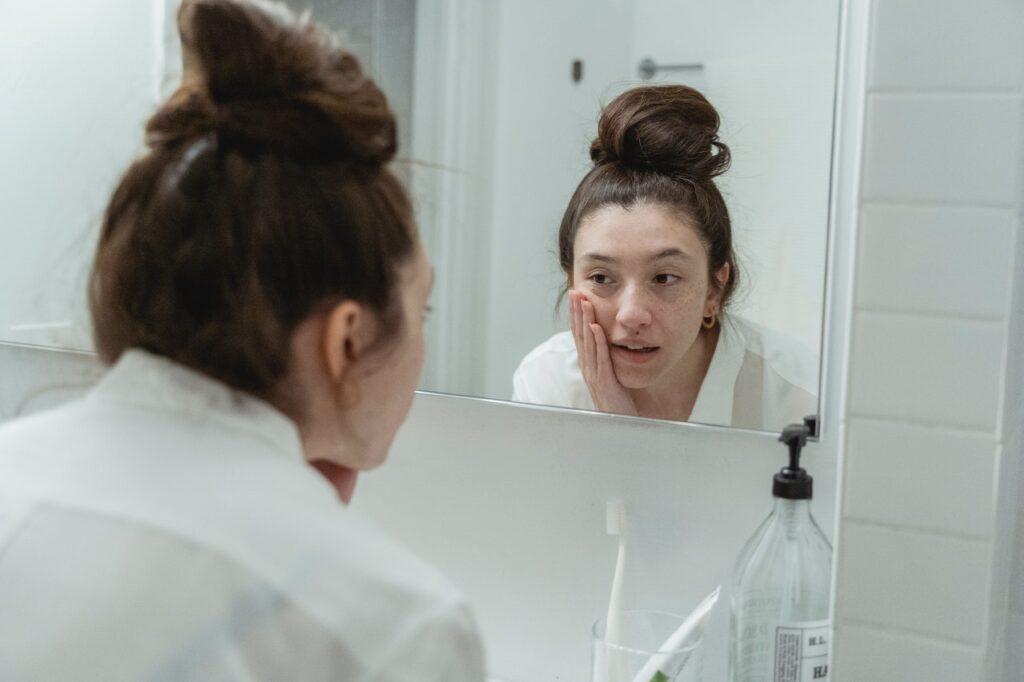 девушка в отражении зеркала