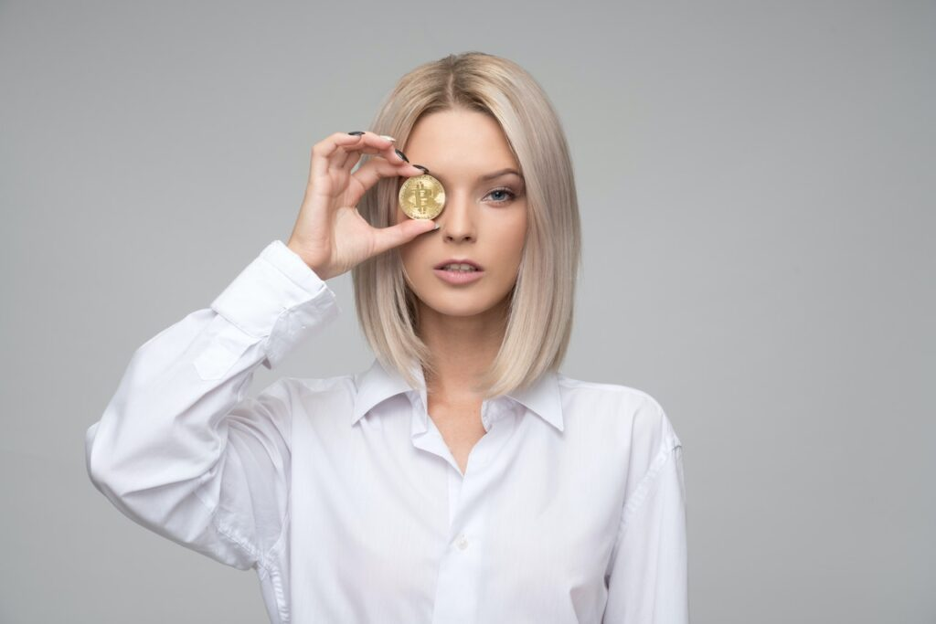 девушка с монеткой