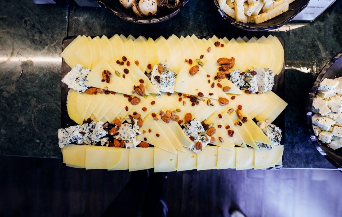 сыр и орехи