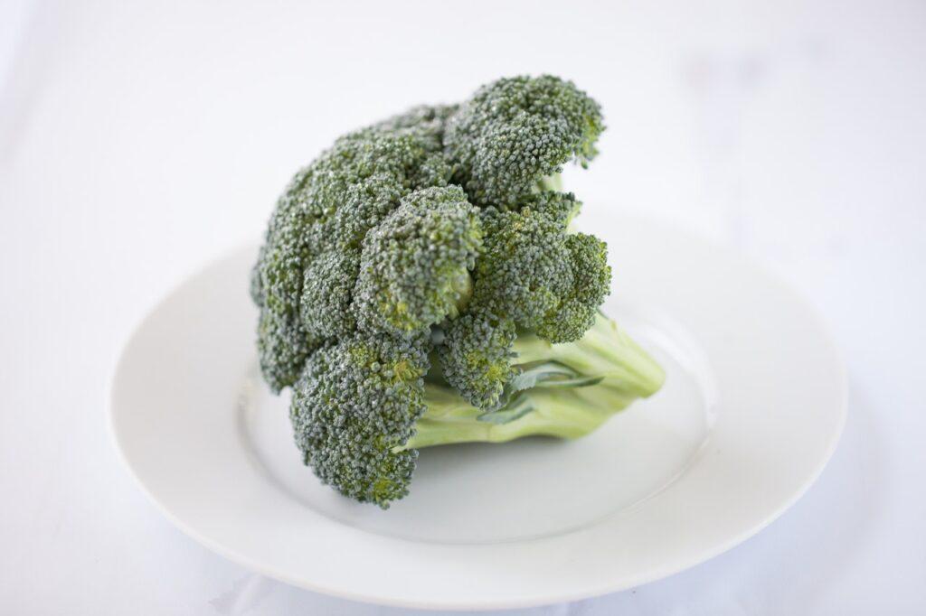брокколи на тарелке