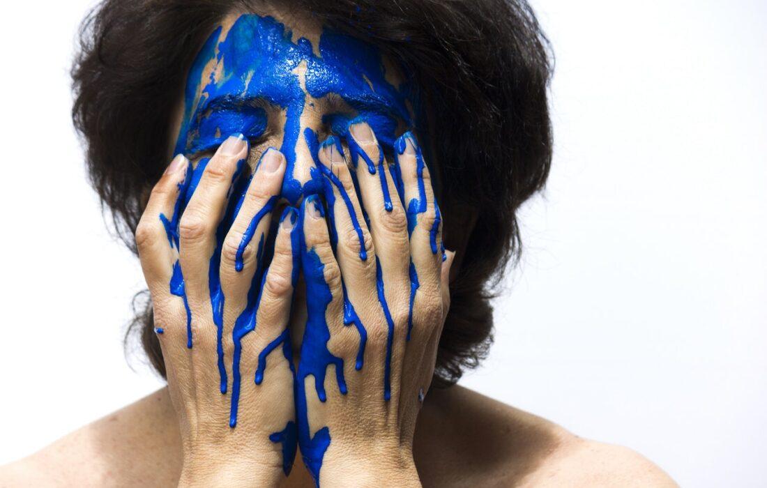 девушка с синей краской на лице