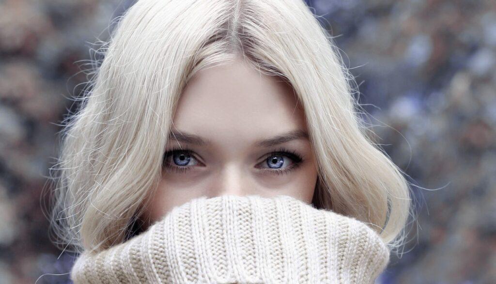 красивое женское лицо зимой