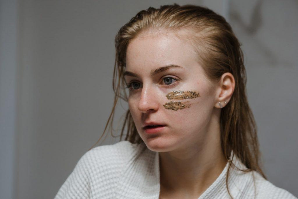 девушка с кусочком маски на лице