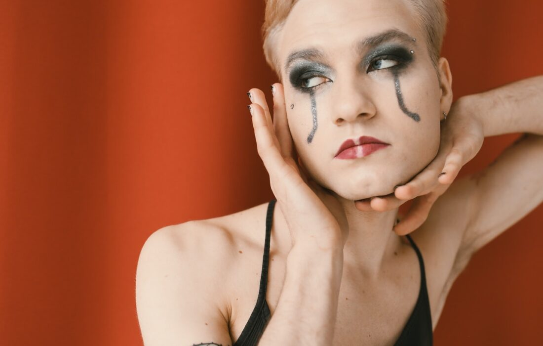 девушка с потекшим макияжем