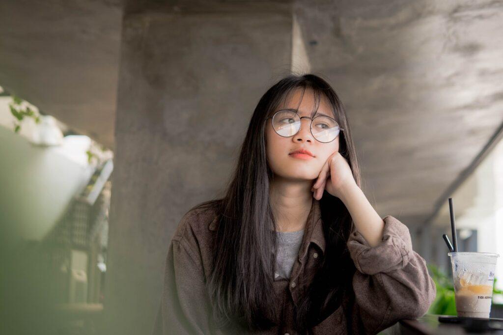 девушка в очках думает