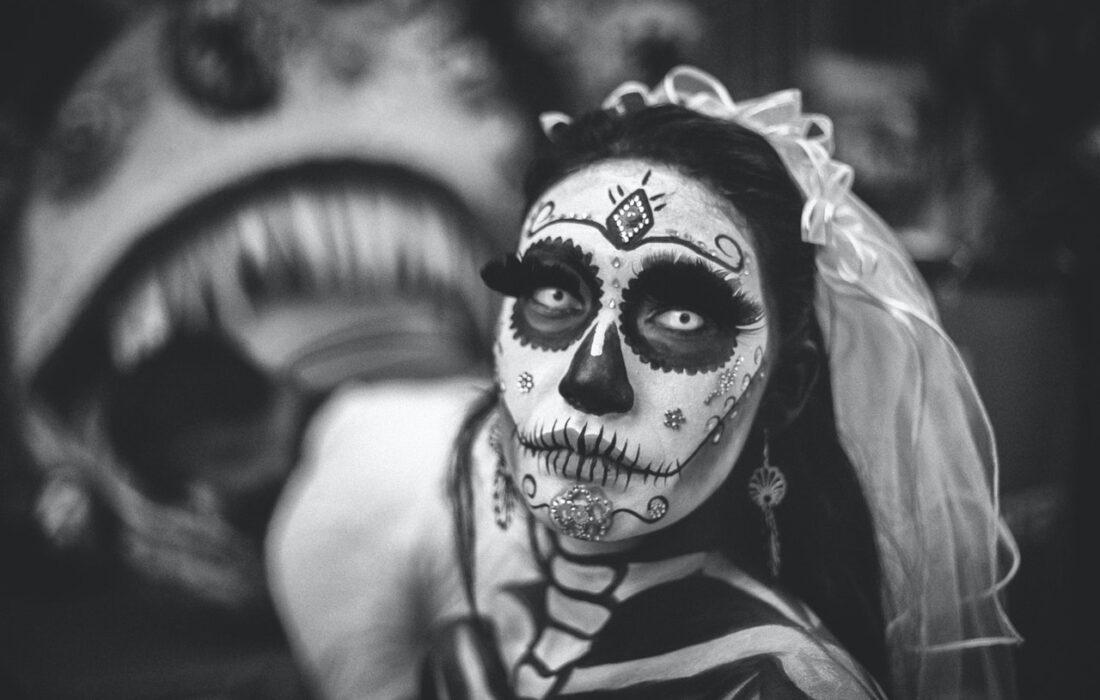 девушка с макияжем черепа