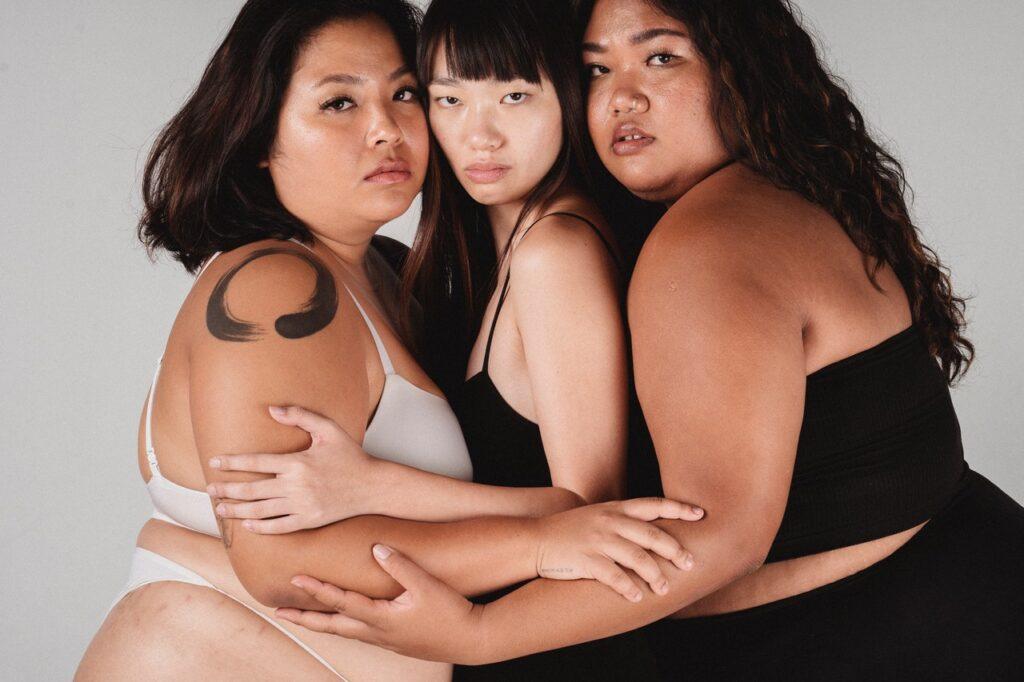 три девушки с разными фигурами