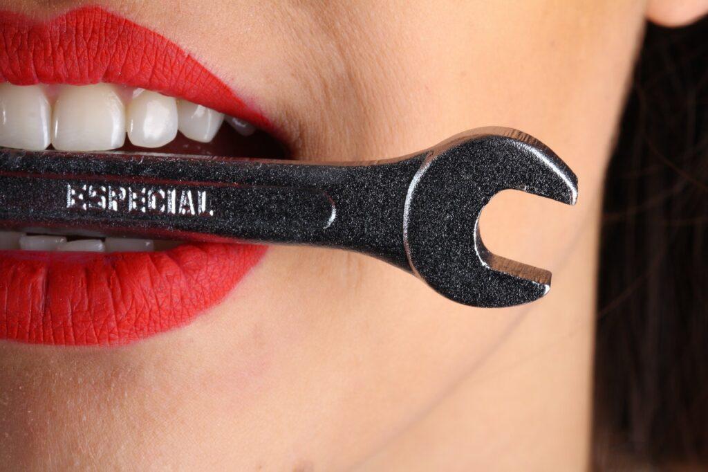 гаечный ключ в зубах