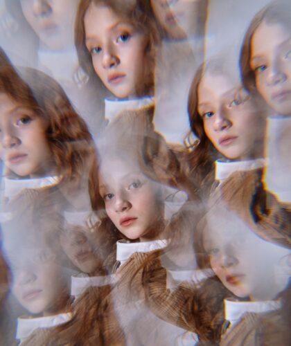 девушка в отражениях зеркала