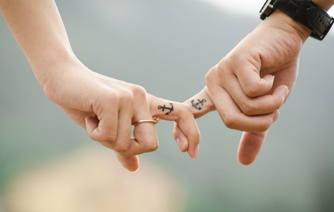 пара держится пальчиками