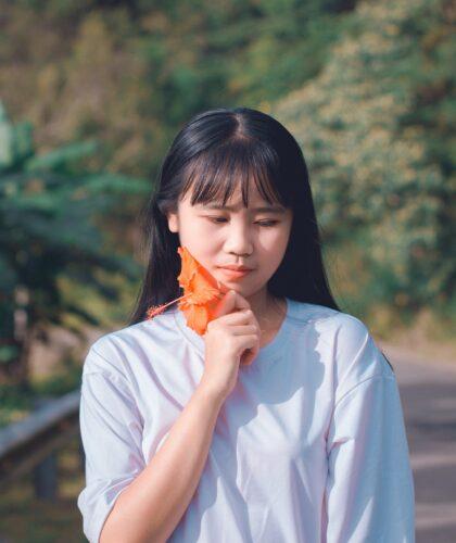 девушка с листочком