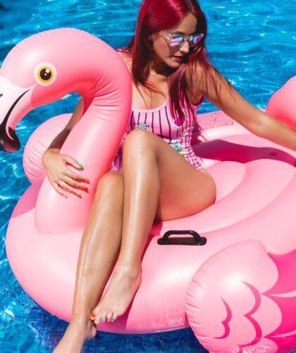 девушка на фламинго