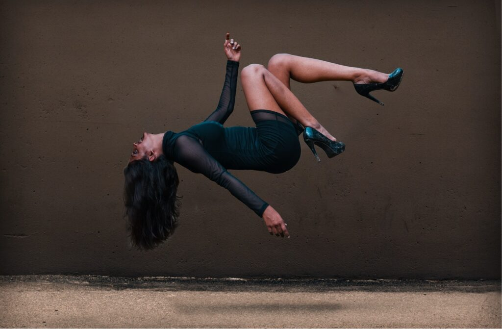 девушка парит в воздухе