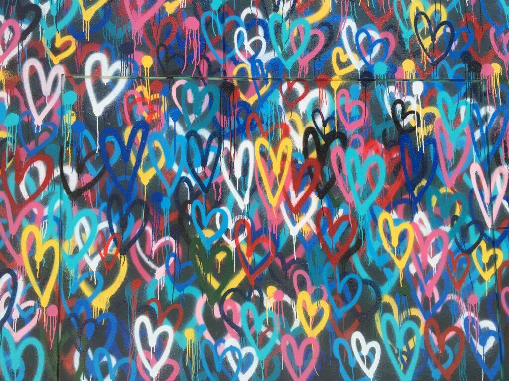 сердечки на стене арт