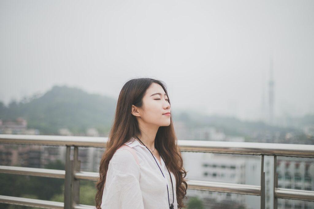 спокойная девушка