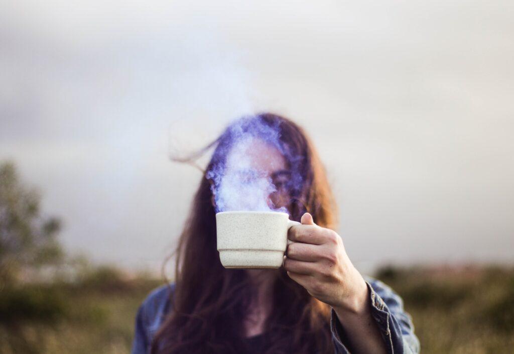 девушка с чашкой с паром