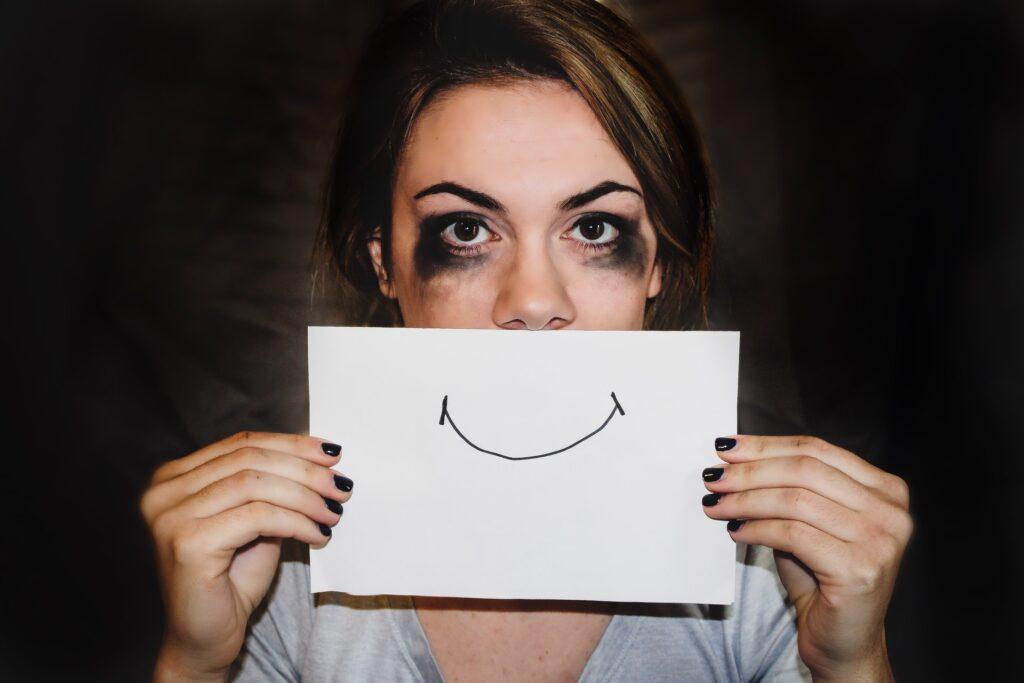 девушка с рисунком улыбки