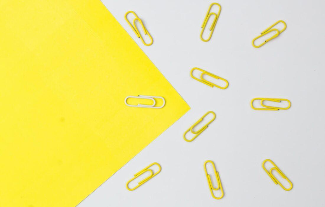 скрепки на желтом и белом фоне