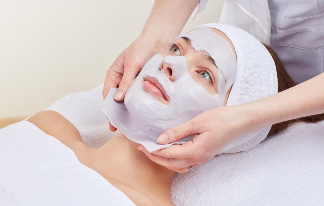 альгинатная маска на лице