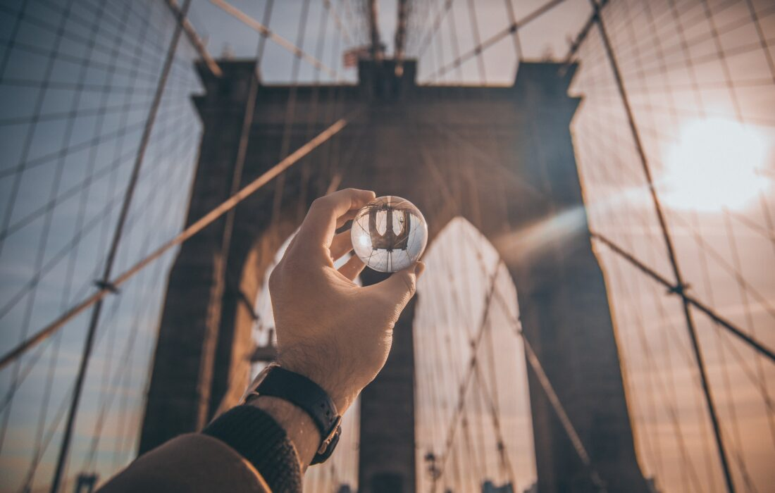 мост и шарик в руке