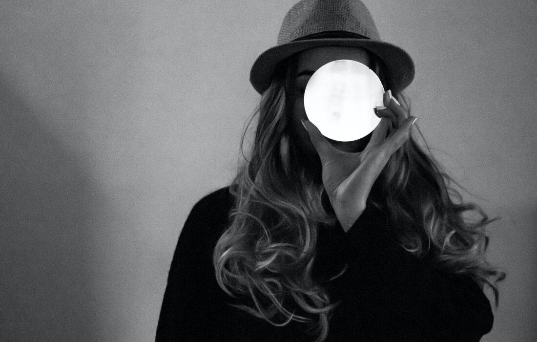 девушка с луной в руке