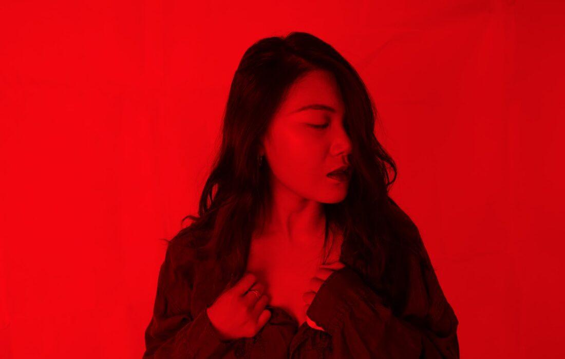 девушка на красном фоне