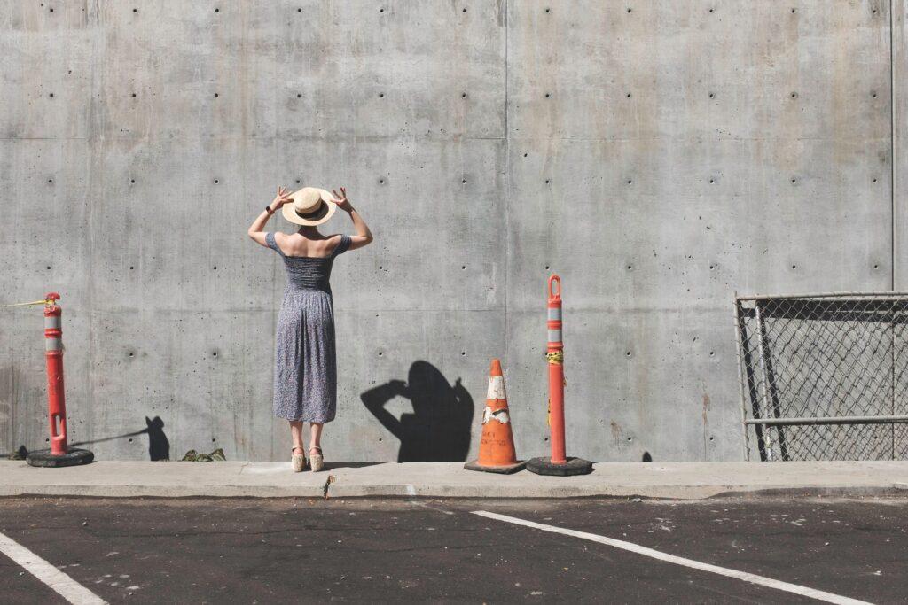 девушка лицом к стене