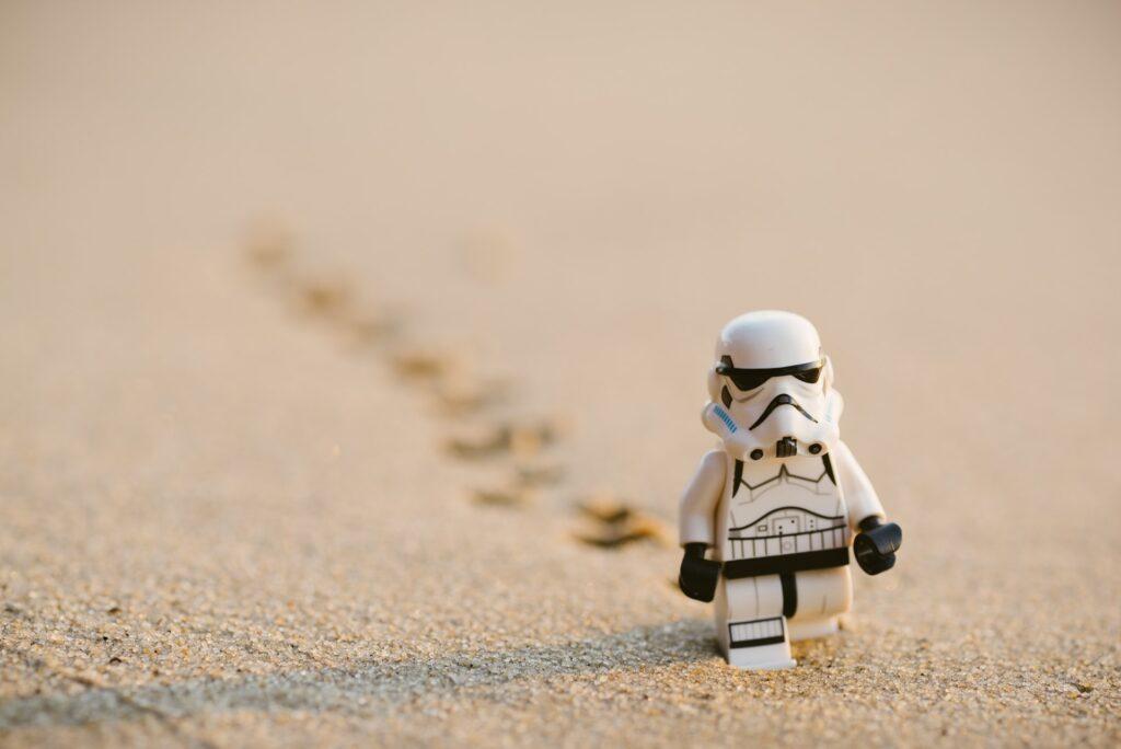 игрушка идет по песку