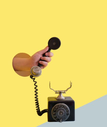 рука держит телефон