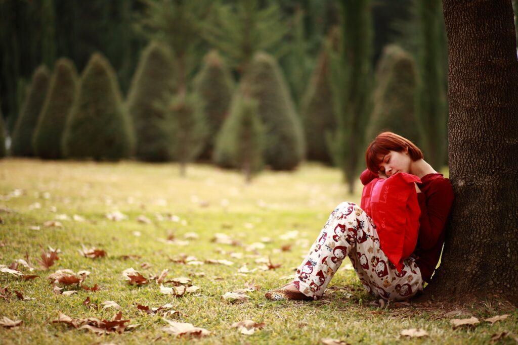 девушка спит на природе