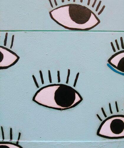 арт глаза на стене