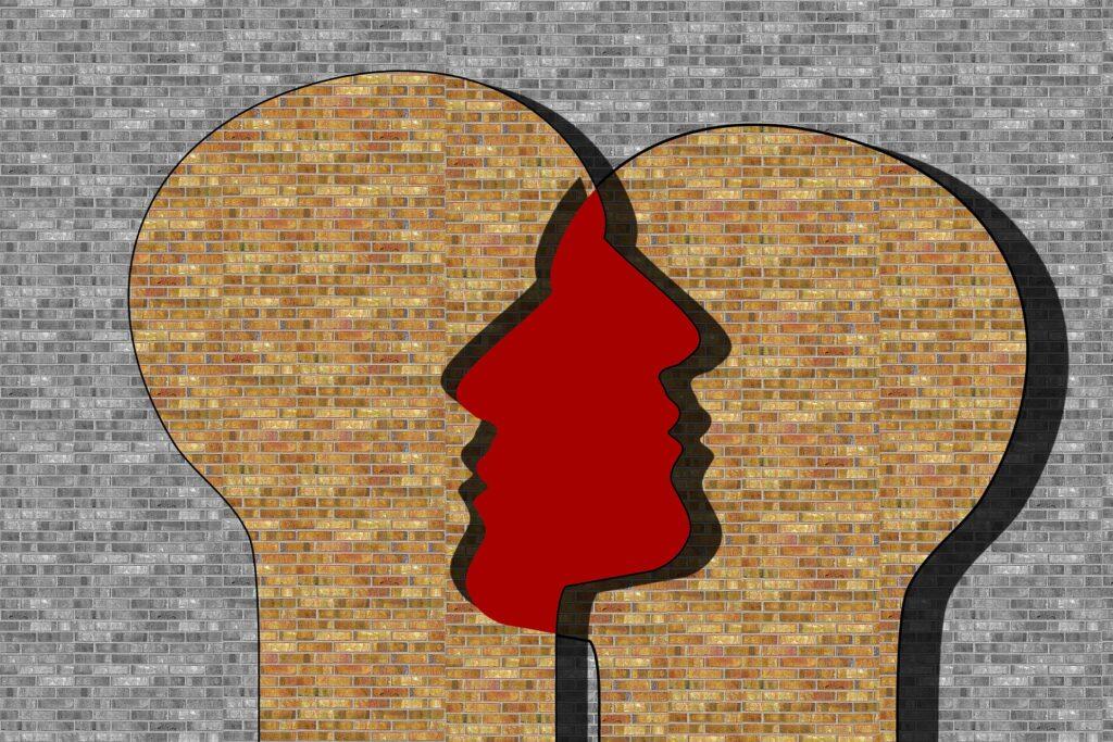 две головы на стене