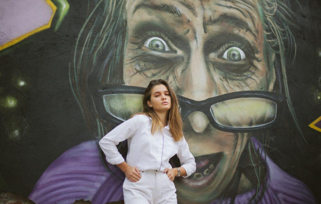 девушка на фоне арта