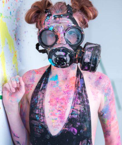 девушка в краске и маске
