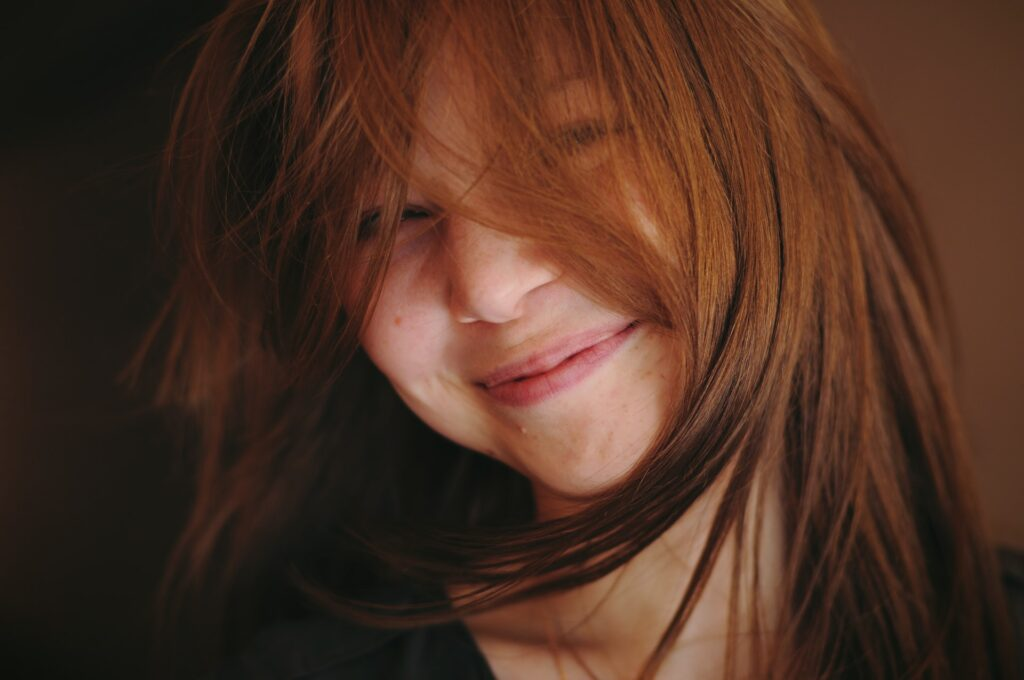 радостная девушка