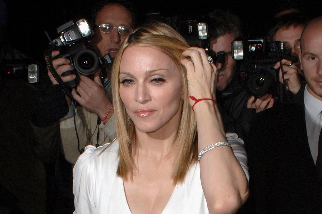 Мадонна с красной нитью на запястье