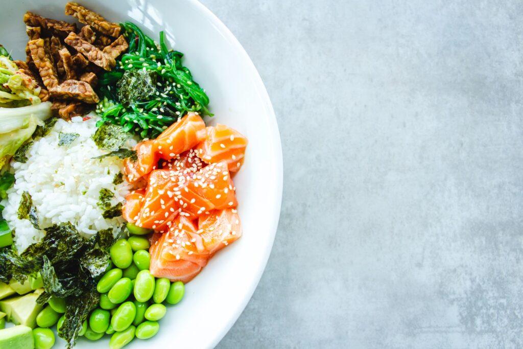 блюдо с рыбой на тарелке