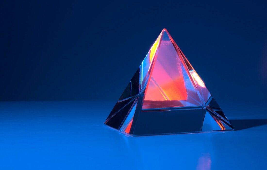 пирамида на синем фоне