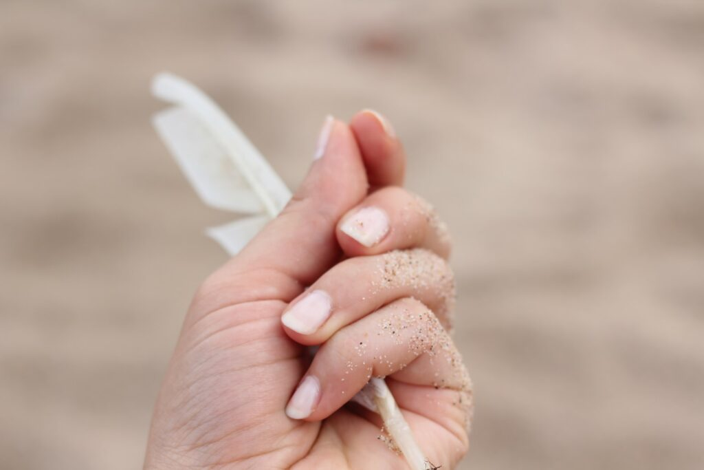 ногти в песке