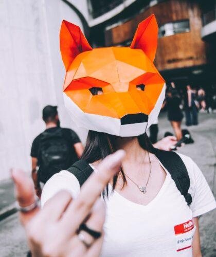 девушка в маске показывает фак