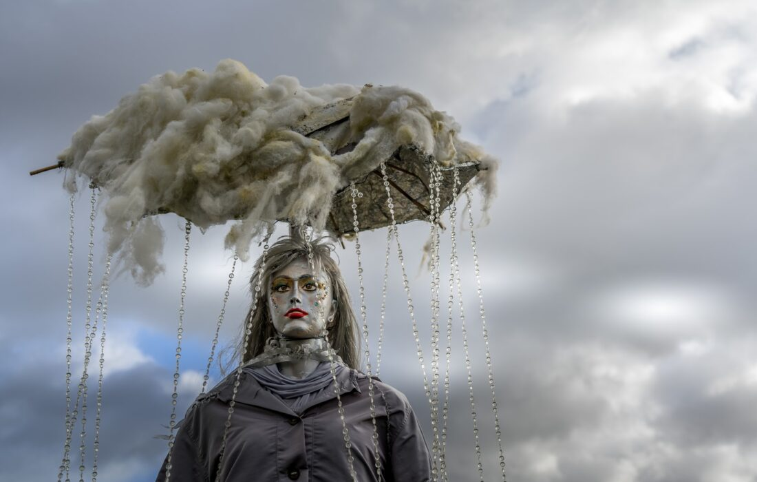 кукла на фоне неба