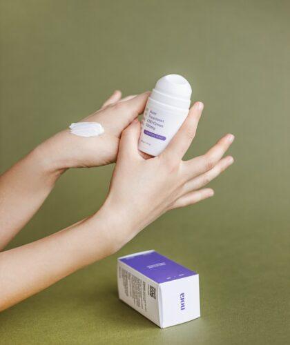 дезодорант в руке