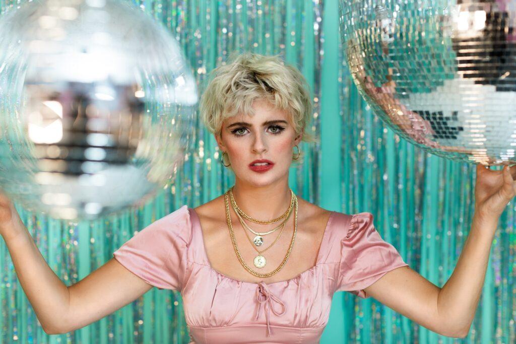 девушка с диско-шарами