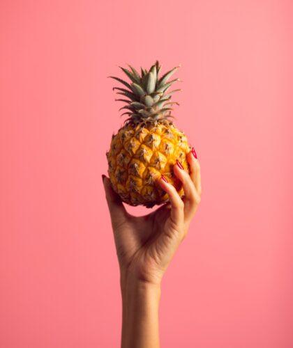 ананас в руке