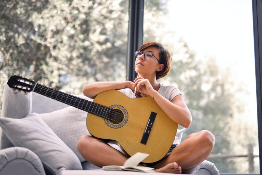 задумчивая девушка с гитарой