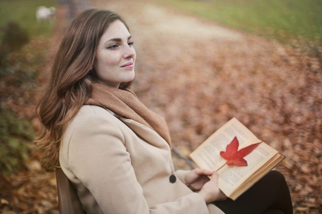 девушка в парке с книгой