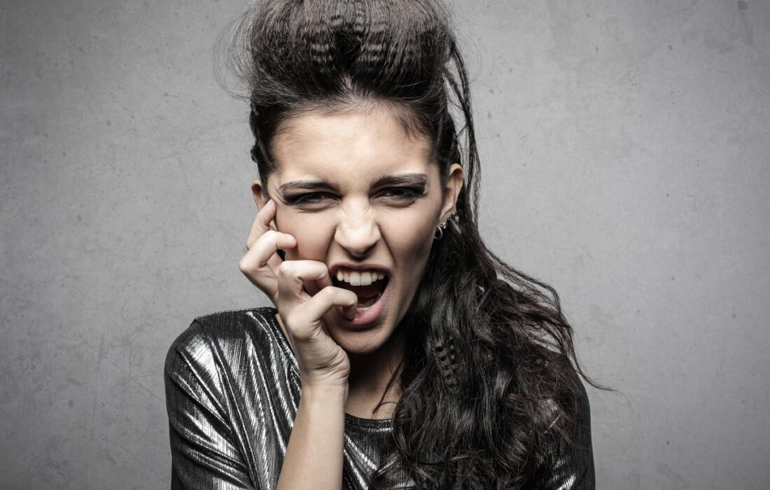 девушка закусывает палец