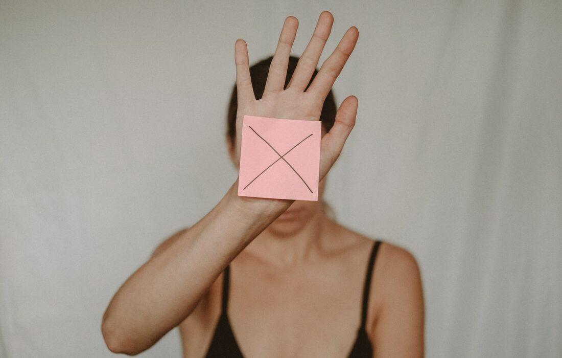 девушка закрывает себя рукой