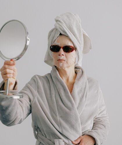 девушка в маске и очках